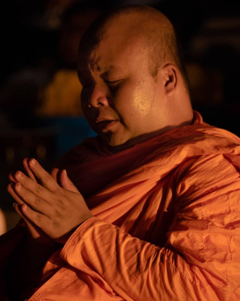 Lantern-festival-Yee-Peng-Chiang-Mai-monk-praying