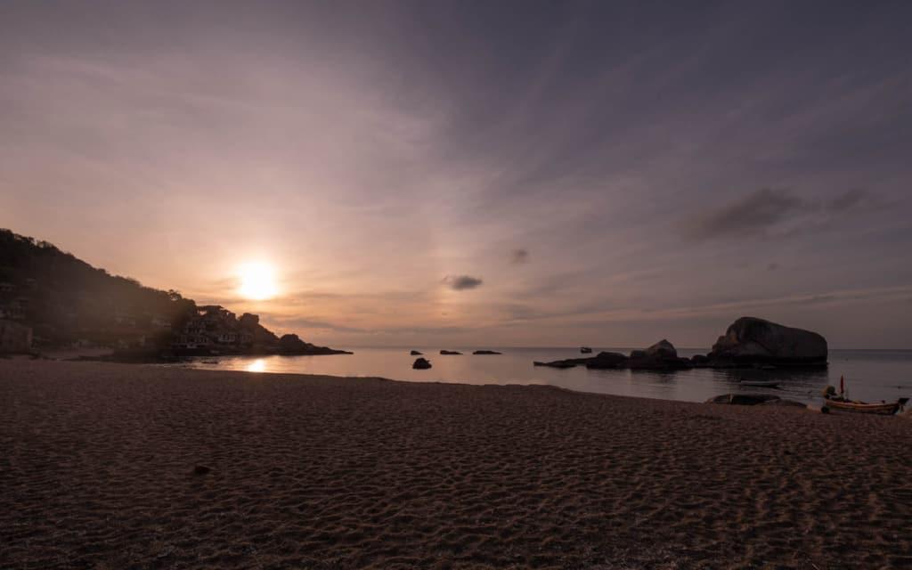 Tanote-bay-sunrise-koh-tao